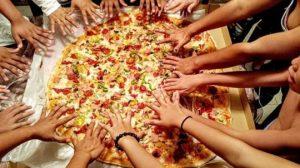 pizza unlimitted paris 300x168 - Manger, partager et s'amuser en communauté : Le concept